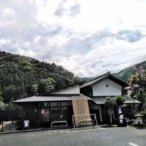 台風が通り過ぎて、雲が多いながらも青空も見える今朝の御岳。今朝未明、大雨による上流の白丸ダム放流のアナウンスとサイレンがありました。#台風15号 による被害に遭われた皆様に、心よりお見舞いを申し上げます。http:/ikadamitake.com営業時間・4月〜12月 11〜17時1月〜3月 11〜16時金曜定休(祭日は営業)Tel.0428-85-8726#むかし鳥 #体験型 #炭鳥ikada