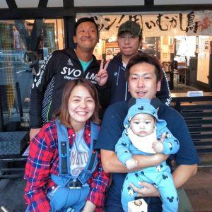 羽村市からお越しのリピーターのご家族とお友達の皆様です前回いらして下さった時には、まだ息子さんはママのおなかの中でしたパパとママお二人によく似た可愛い赤ちゃんを囲んで、皆さんが幸せそうで、私もとっても幸せな気持ちになりました🤗毎度ご来店ありがとうございますhttp://ikadamitake.com営業時間・4月〜12月 11〜17時1月〜3月 11〜16時金曜定休(祭日は営業)Tel.0428-85-8726#むかし鳥 #体験型 #炭鳥ikada #ばくだん #mitake #御岳 御嶽駅 #御岳山 #御岳山ロックガーデン #武蔵御嶽神社 #御岳神社 #御岳渓谷 #御岳ランチ #奥多摩フィッシングセンター #奥多摩 #日原鍾乳洞 #奥多摩湖 #バイク #ロードバイク #サイクリング #カヌー #カヤック #ラフティング #riversup #御岳ボルダー #ペット可