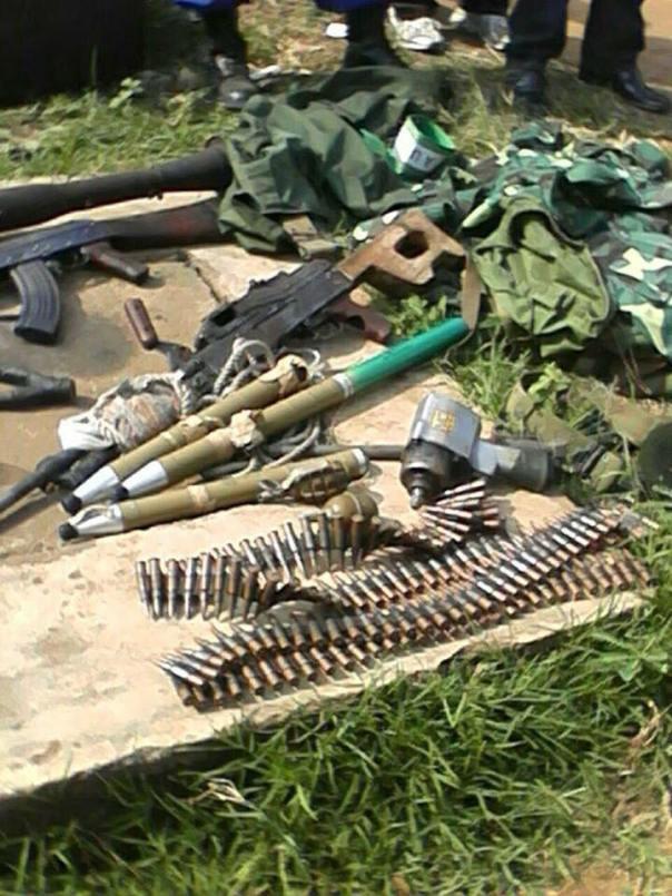 ces armes appartenaient aux manifestants. la police les a découvertes dans une maison á Mukakura.