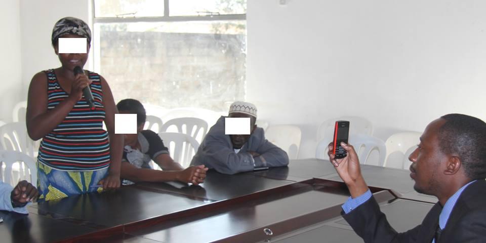 Rodrigue Maniriho, uwo uri gufotora na telefoni, niwe uyobora intore za Kigali muri Zambiya, yafatanywe na Mupenzi Jean de la paix
