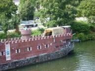 Kasteelboot met paarden er op, in Maastricht kan het allemaal.