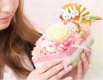 ひな祭りにはプレゼントを彼女や妻に!大人にもお菓子や花が人気?