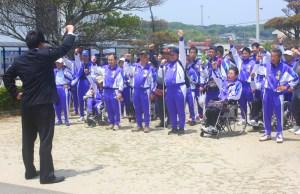 障害者スポーツ(がんぱろう三唱で健闘を誓った選手団)