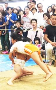 幼児相撲(決勝で浴びせ倒しを決めた堤さん)