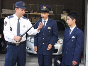 職業体験(警棒の説明を受ける長嶋さん(中央)と入り江さん(右))