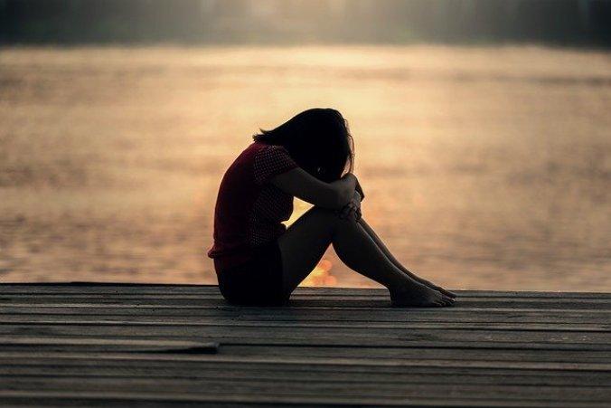 海辺で泣いている女性