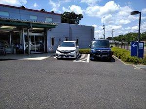 障害者駐車区画は店舗の横