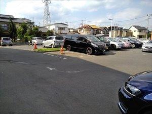 駐車場は50台ほどの収容。障害者用駐車区画は店舗入口近くに2台分