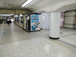 近隣の商業施設と地下通路で直結