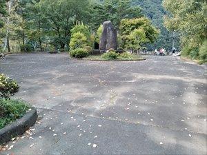 記念碑などが建つ広場