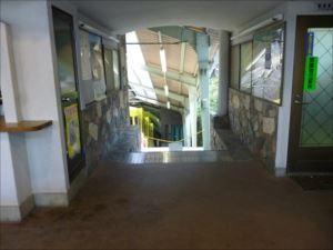 山腹の高尾山駅