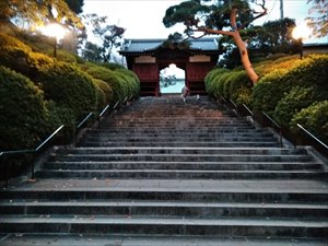 「仁王門」をくぐると本堂に向かう階段