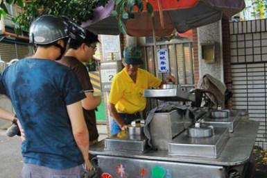 【彰化美食】超隱藏版飲品。正宗古早味三川阿伯紅茶冰 (台灣鐵路管理局彰化檢車段旁的榕樹下)