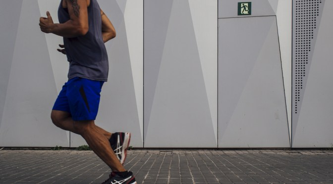 フィットして走りの負担を減らすランニングポーチ