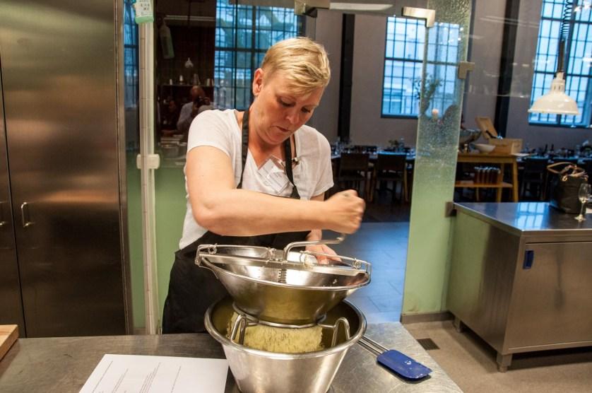 Rebecka förbereder potatisskummet