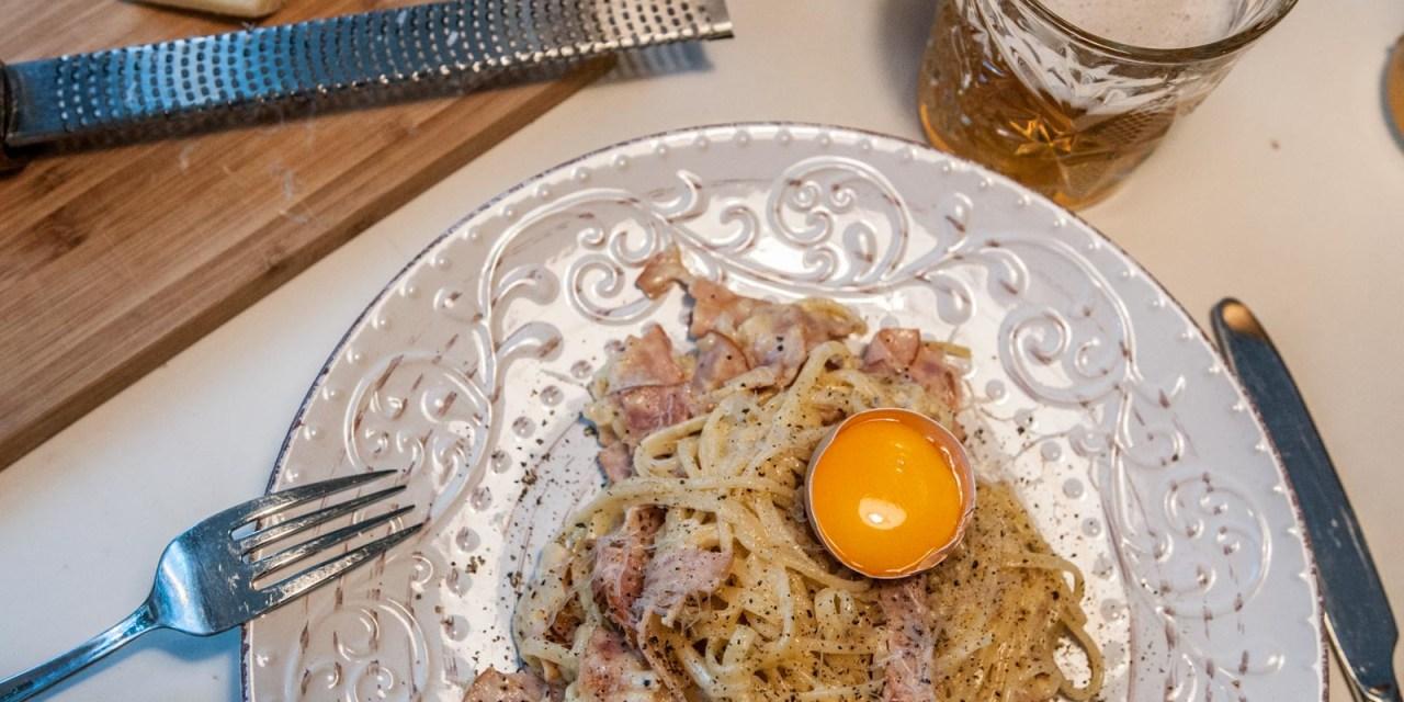 Spagetti med ost- och kycklingbacon sås