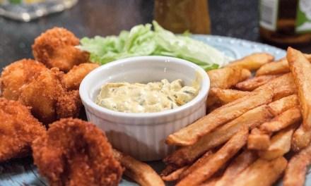 Chicken nuggets med friterade pommes och äppelcurrydipp