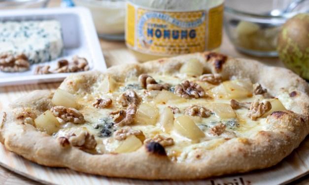 Pizza Bianco med grana padano, blåmögel och vinkokta päron