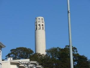 Coit Tower en forme de lance d'incendie : hommages aux pompiers