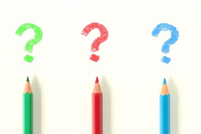 左から,緑,赤,青の色鉛筆画並び,それぞれの芯の先に色鉛筆と同じ色のクエスチョンマークがある。