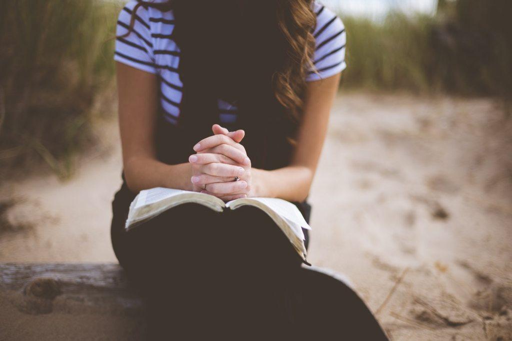 Kan ik geloven in God zonder kerk - meisje dat bidt