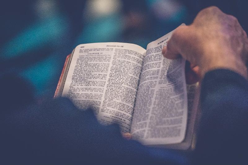 Wat gebeurd er in een kerkdienst - man bladert Bijbel