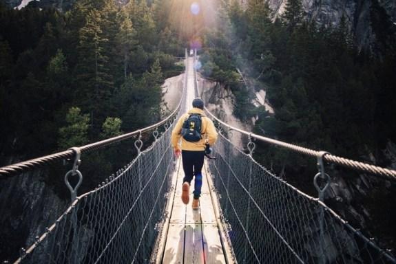 Wat is geloof - man op brug - klein