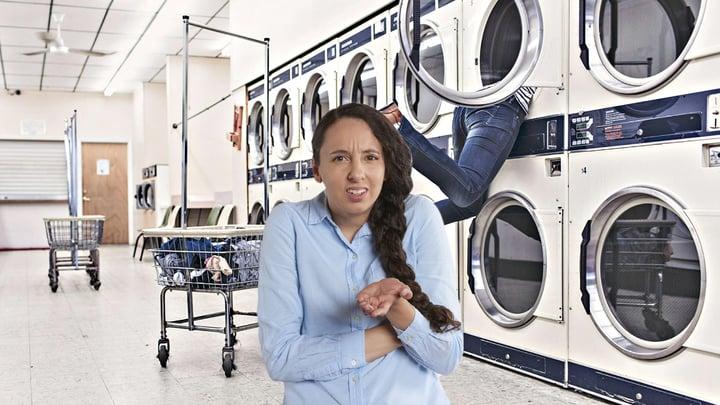 אישה שמבינה שהיא עשתה טעות כביסה.