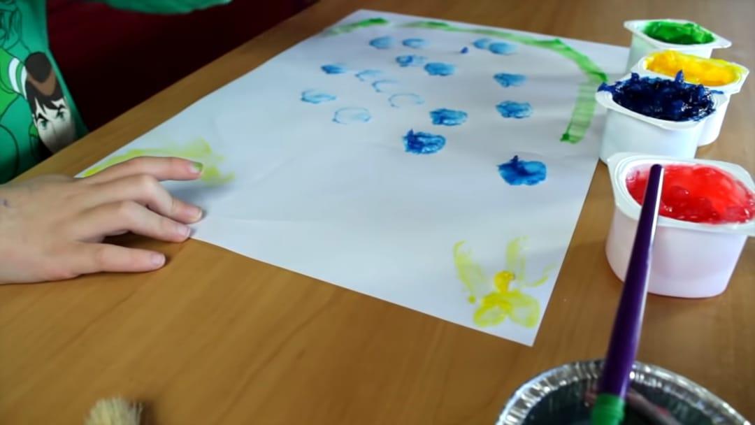 ילד משחק בצבעי אצבעות שהכינו בבית.
