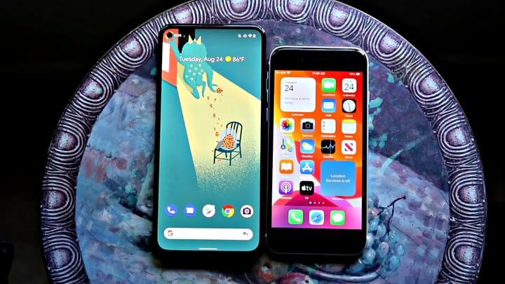 תמונה של Google Pixel 5a סמארטפון לצד מכשיר iPhone SE