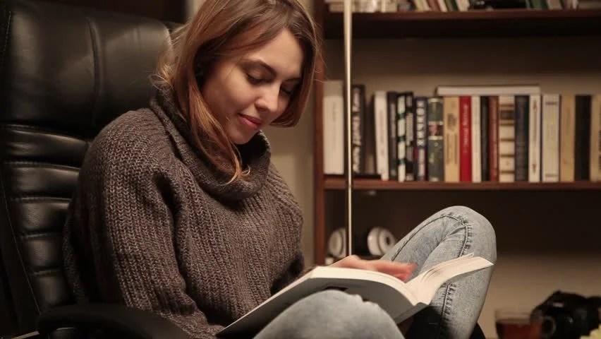 Αποτέλεσμα εικόνας για pretty young woman reading books