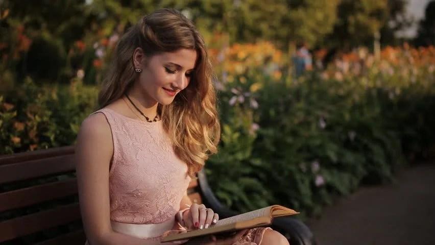 Αποτέλεσμα εικόνας για beautiful girl reading book images