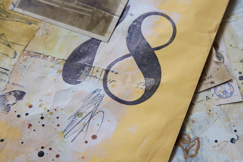 Trabalho elaborado com papéis, gesso, carimbos e tintas para criar colagem decorativa