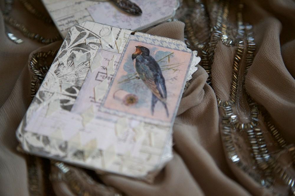 Pássaro e textura, feita com pasta de modelagem, em adorno em estilo vitoriano
