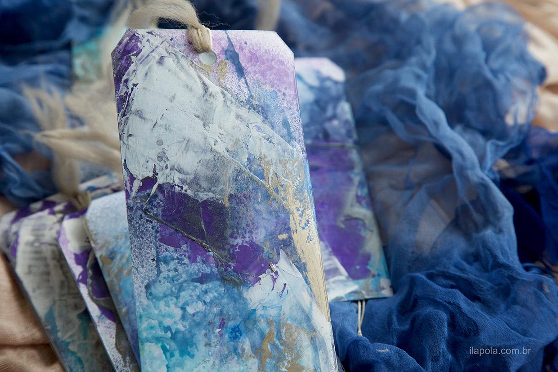 Kit de tags feitos por Ilana Polakiewicz usando tintas acrílicas e líquidas, gizes pastel oleosos, lã de carneiro e lã acrílica