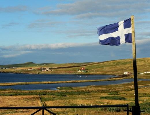 La bandiera delle SHETLAND sventola in un giardino privato a NORTHMAVINE (Mainland)