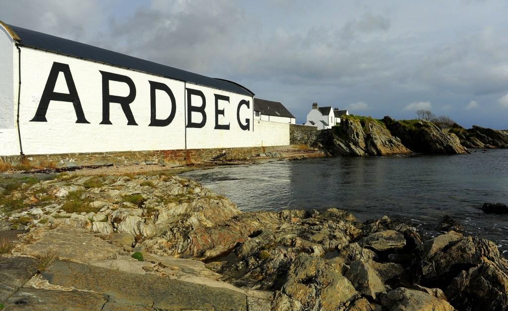 La famosa ARDBEG DISTILLERY affacciata sul Sound of Islay