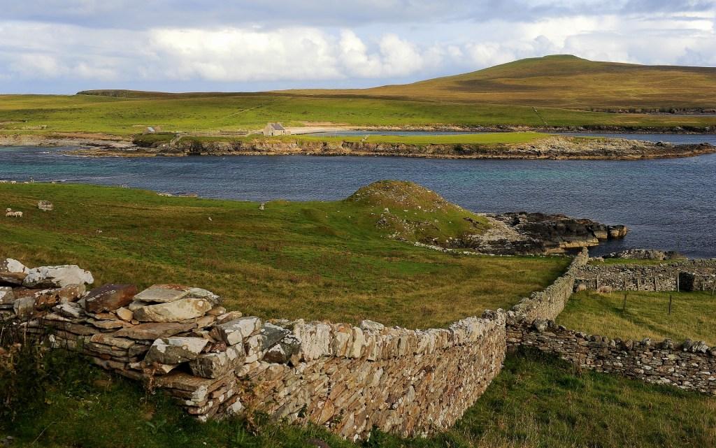 Il SOUND of NOSS, lo stretto che divide l'isola di BRESSAY dall'isola di NOSS