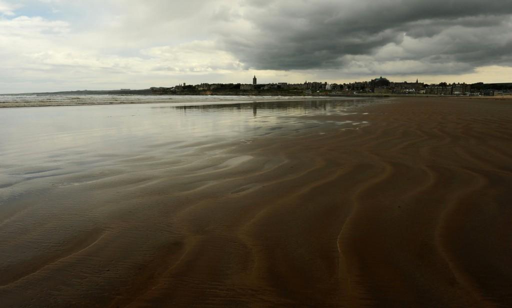 Il profilo di ST ANDREWS visto dalla spiaggia di WEST SANDS