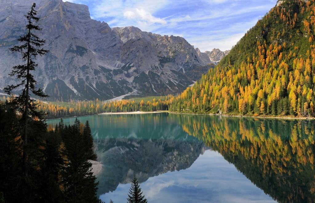 Uno dei bellissimi panorami che si aprono dal sentiero attorno al lago