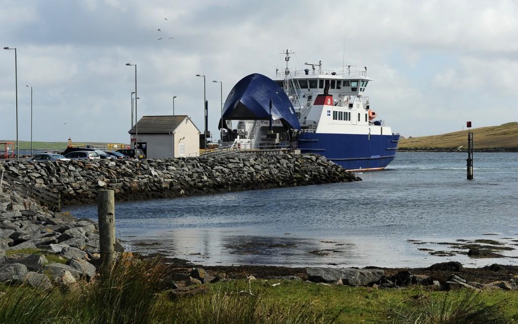 Il ferry pronto a partire dal terminal di TOFT
