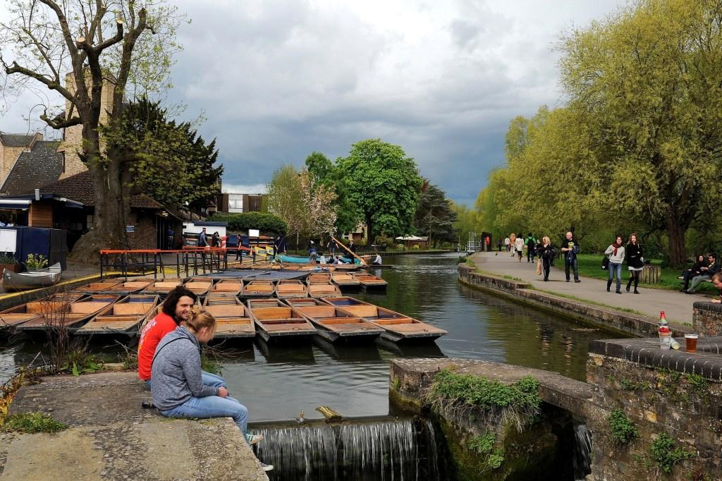Le tipiche barchette in legno parcheggiate lungo il fiume