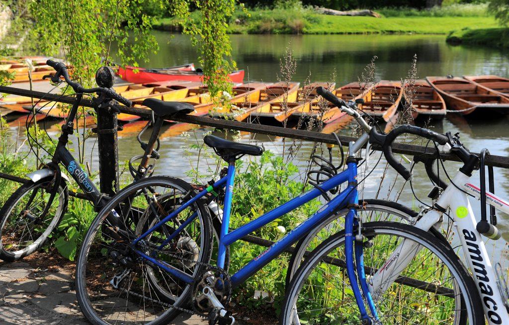 """Biciclette e """"Punts"""", due elementi onnipresenti a Cambridge"""