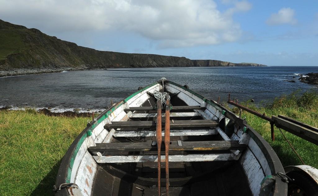 Una delle barche in secca lungo la battigia