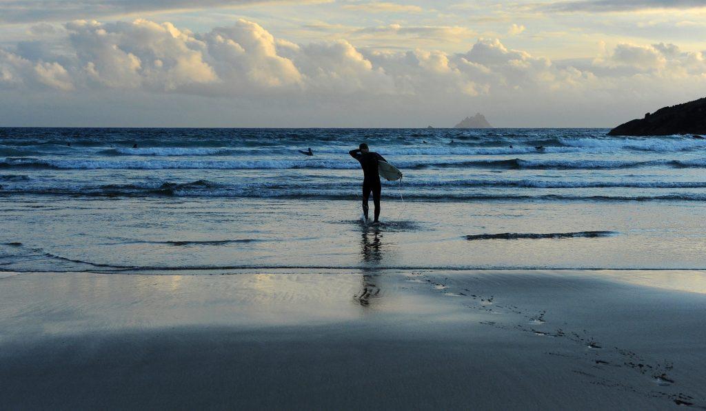 Un surfista pronto a sfidare l'Atlantico