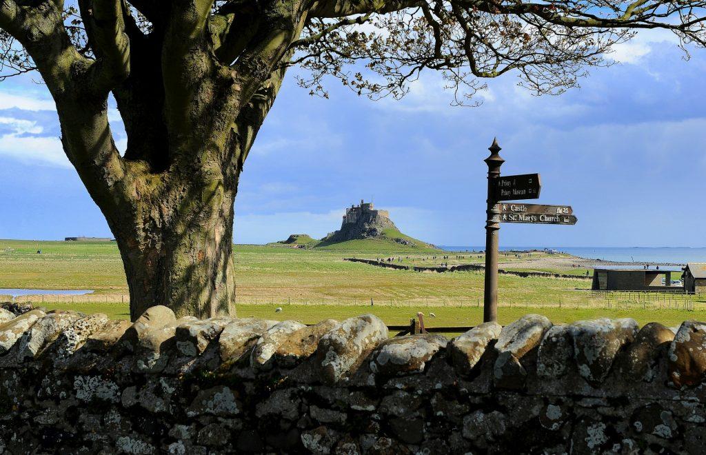 Il castello visto dal villaggio