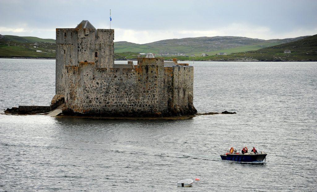 La barchetta che fa la spola fra CASTLEBAY e il castello