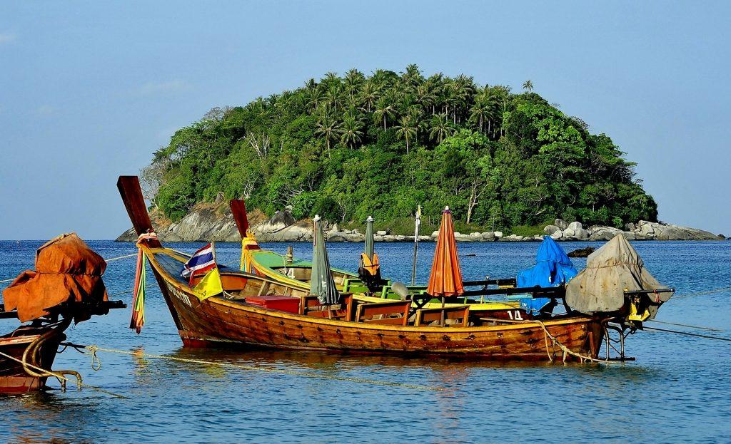 """Un'imbarcazione tradizionale, la """"LONG TAIL"""" boat"""