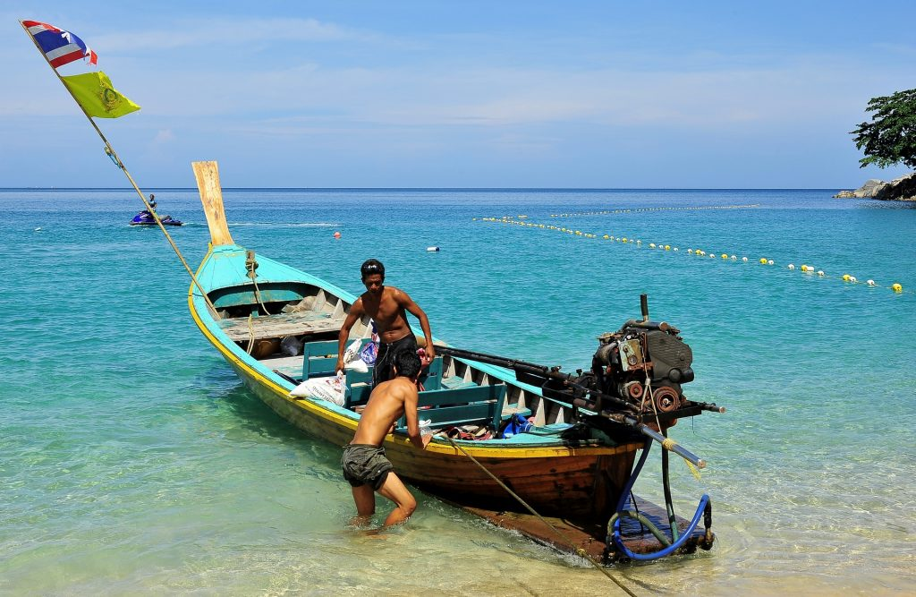 Una LONG TAIL BOAT a LAEM SING BEACH