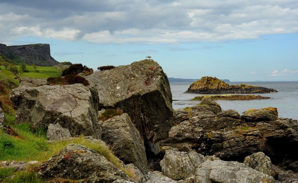 Le rocce intorno alla baia